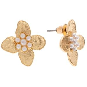 Jewelry - 🆕 Dainty Gold & Pearl Flower Stud Earrings